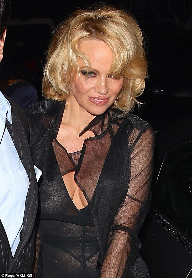 Модный конфуз: Памела Андерсон в прозрачном платье