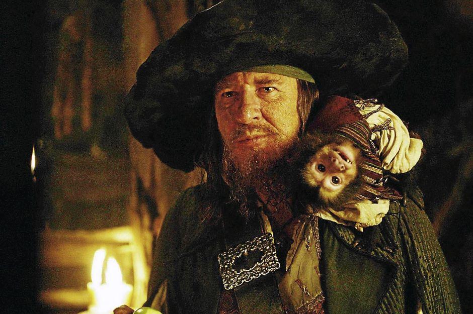 Капитан Гектор Барбосса с обезьянкой Джек