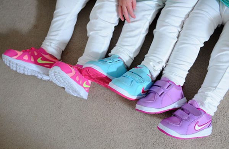 Теперь малышки носят разноцветную обувь
