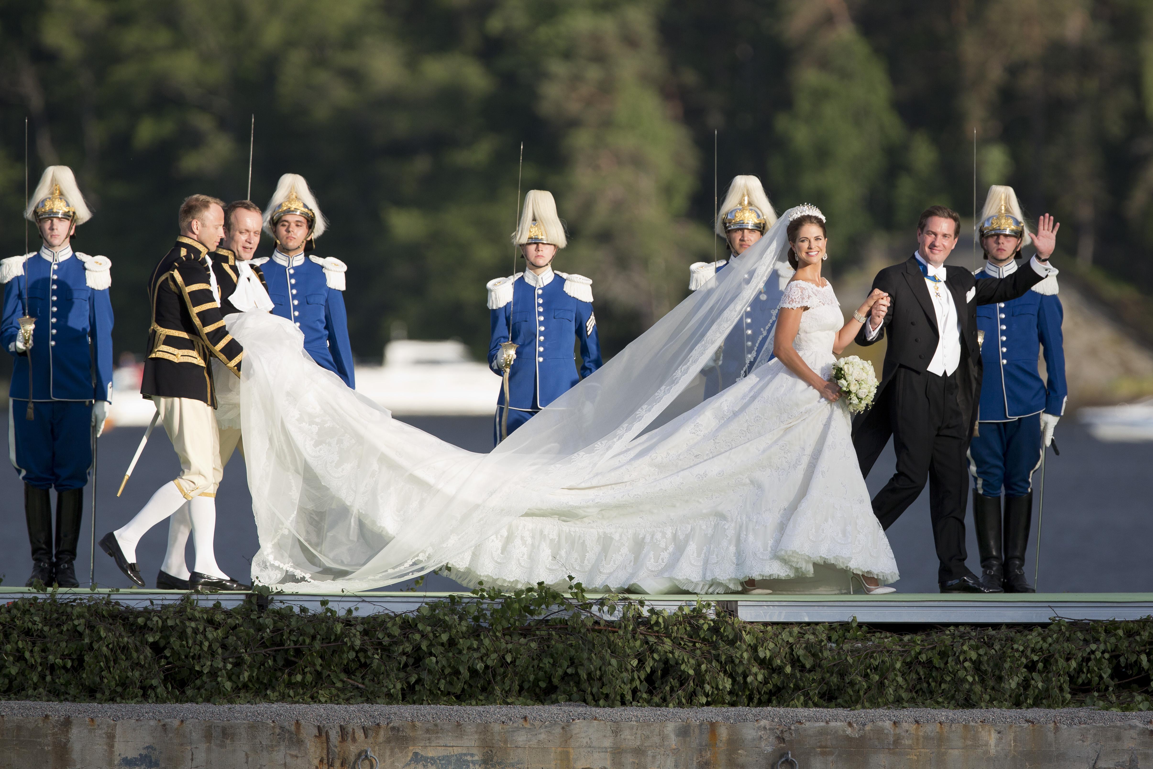 Шведская принцесса Мадлен вышла замуж за банкира из Нью-Йорка Кристофера О'Нила в платье  Valentino Haute Couture