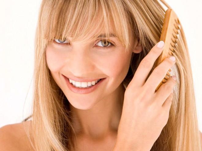 На ночь обязательно расчешите волосы и стяните их в легкий хвостик или косу