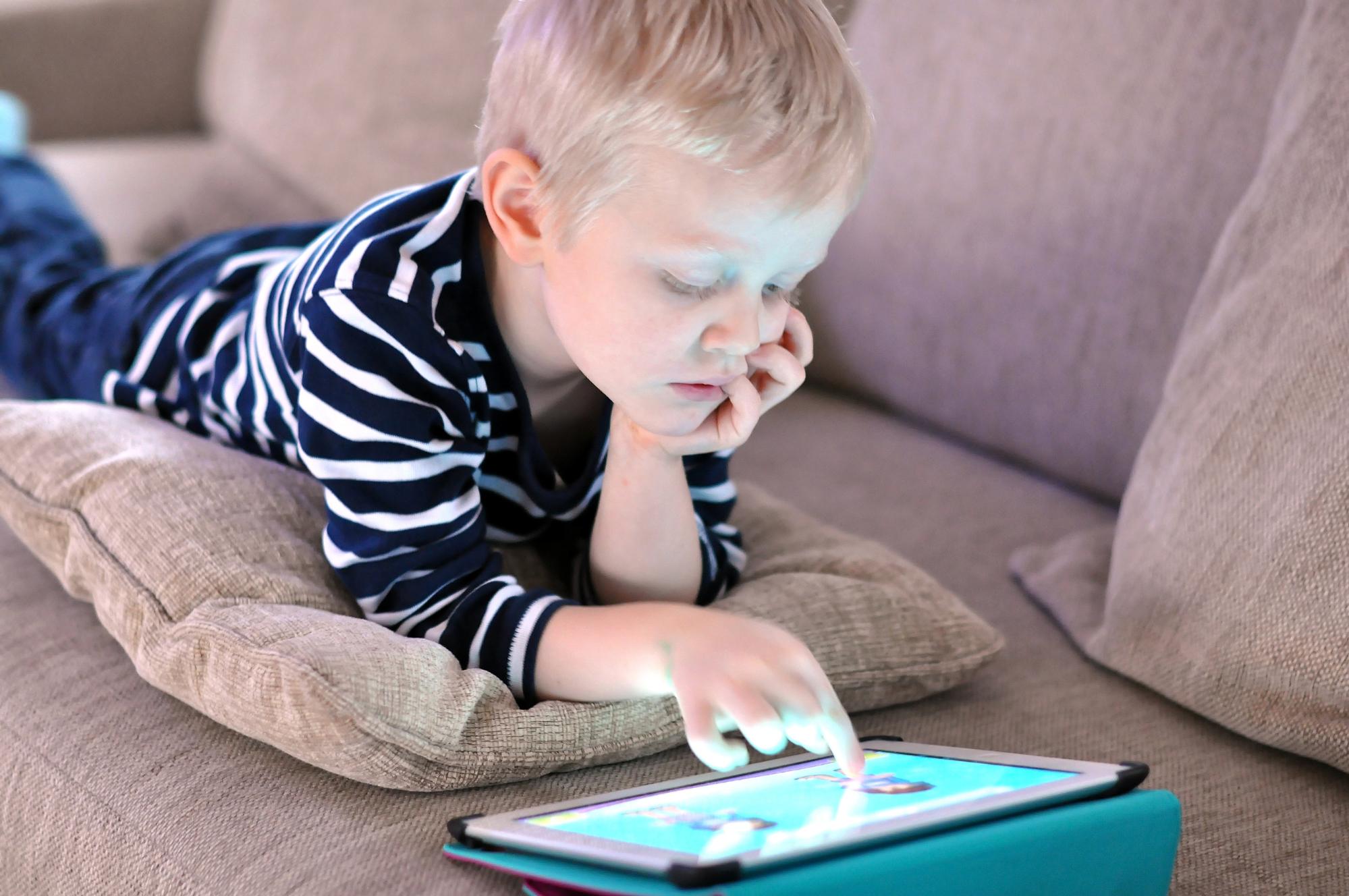 Комаровский объяснил, с какого возраста детям можно играть на планшете