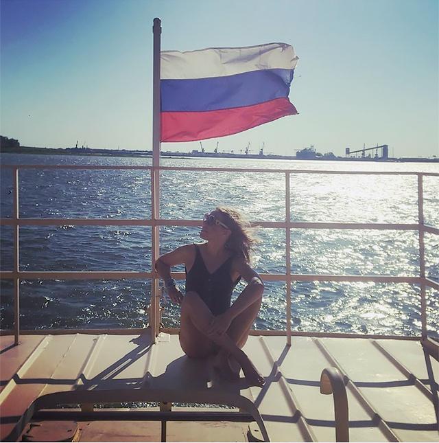 Ксения Собчак на фоне российского флага