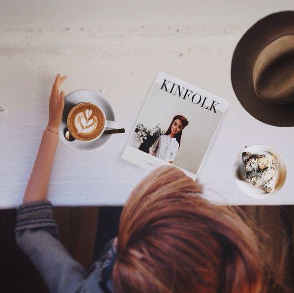Круассан, кофе и модный журнал – любимая тема для фото