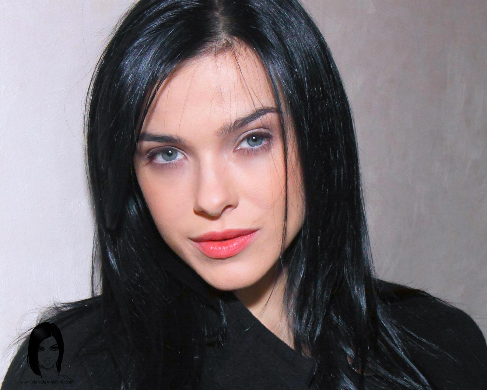Елена Темникова демонстрирует свои возможности в стриптизе на фото и видео