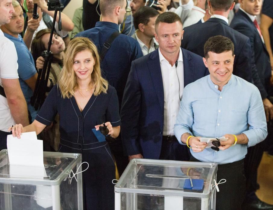 Комбинезон из искусственного шелка: Зеленская ходила на выборы во французском наряде