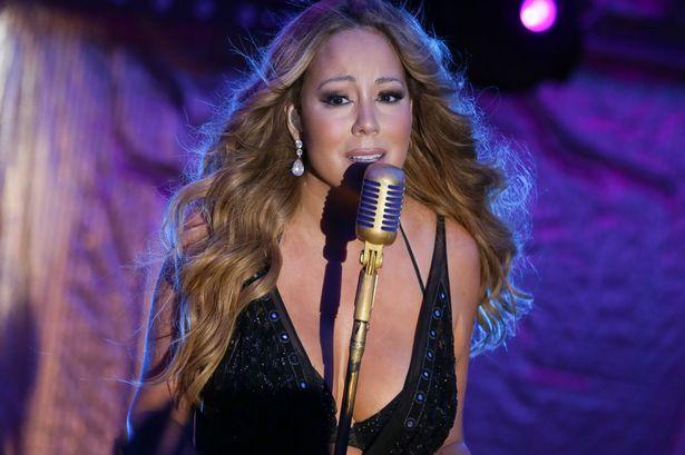 44-летняя певица Мэрайя Кэри надела сексуальное платье на выступление