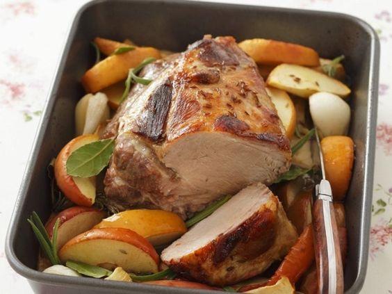Запеченная свиная грудинка с гарниром из яблок с корицей