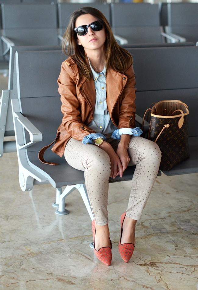 Одним из трендовых сочетаний сезона считается комбинация кожанки и джинсовой рубашки