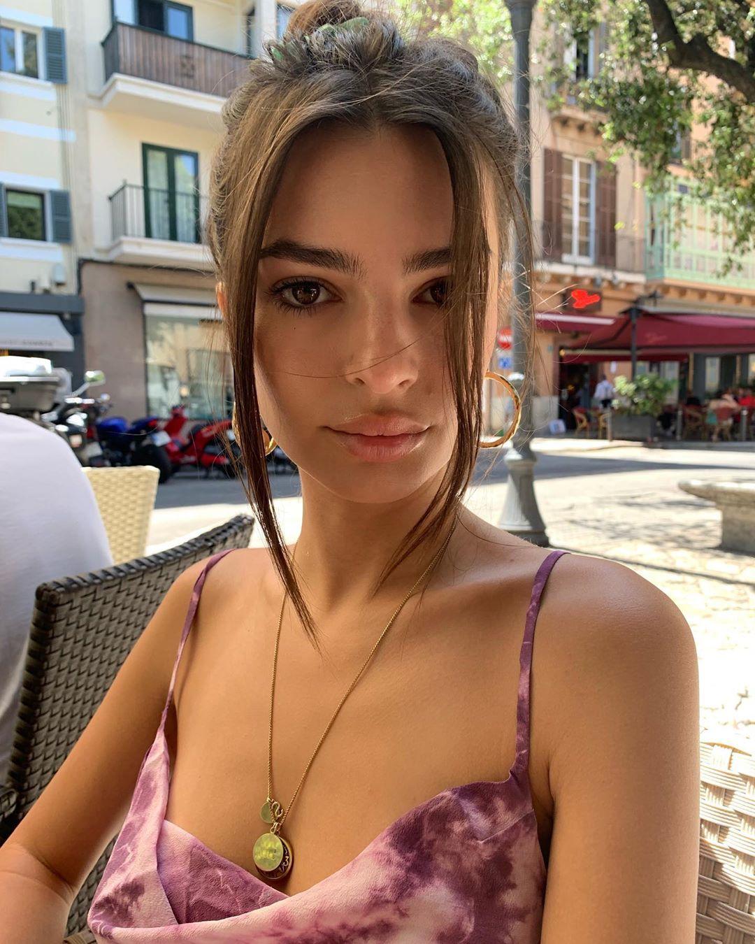 Эмили Ратаковски забросала Сеть откровенными фото