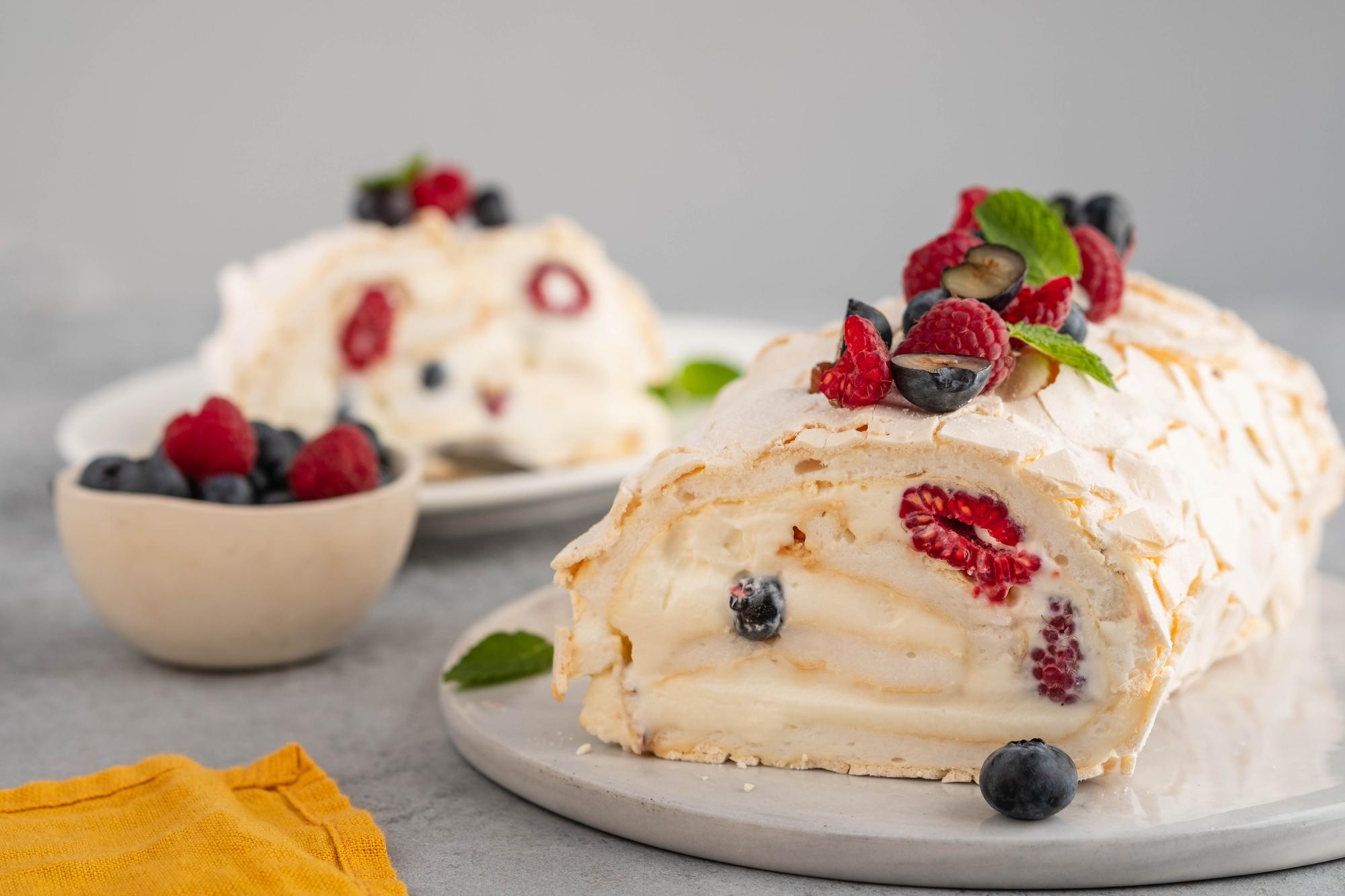 Меренговый рулет с ягодами: вкусный домашний десерт