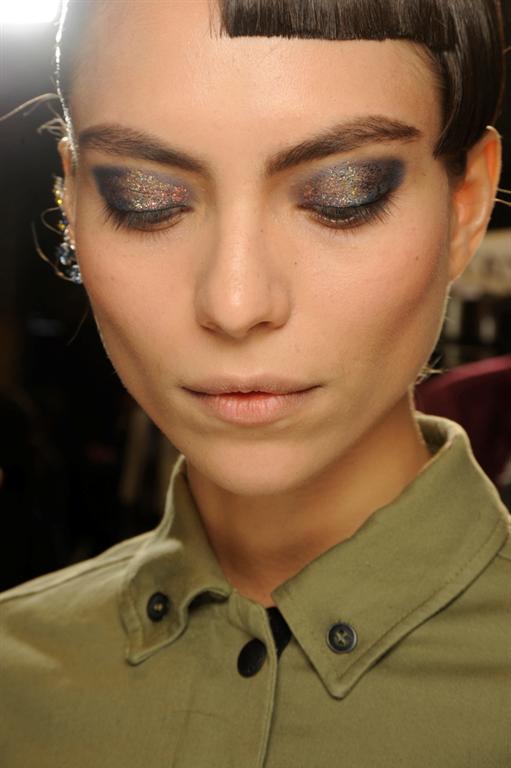 Сине-золотой макияж на показе Thakoon