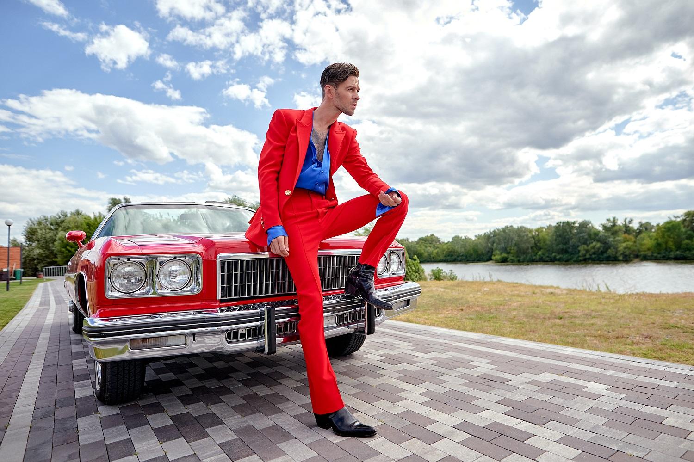Макс Барских в ярком костюме на ретро-кабриолете вернул посетителей семейного парка в 80-е годы