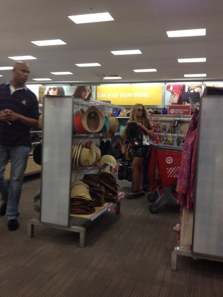 Бейонсе выбирает себе новую шляпу в магазине розничной торговли Target