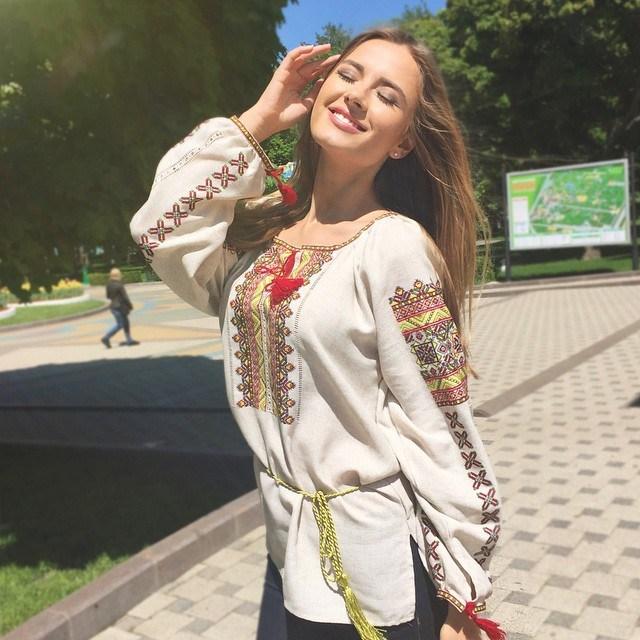 Вице-мисс конкурса красоты Мисс Вселенная 2015 Диана Гаркуша в вышиванке