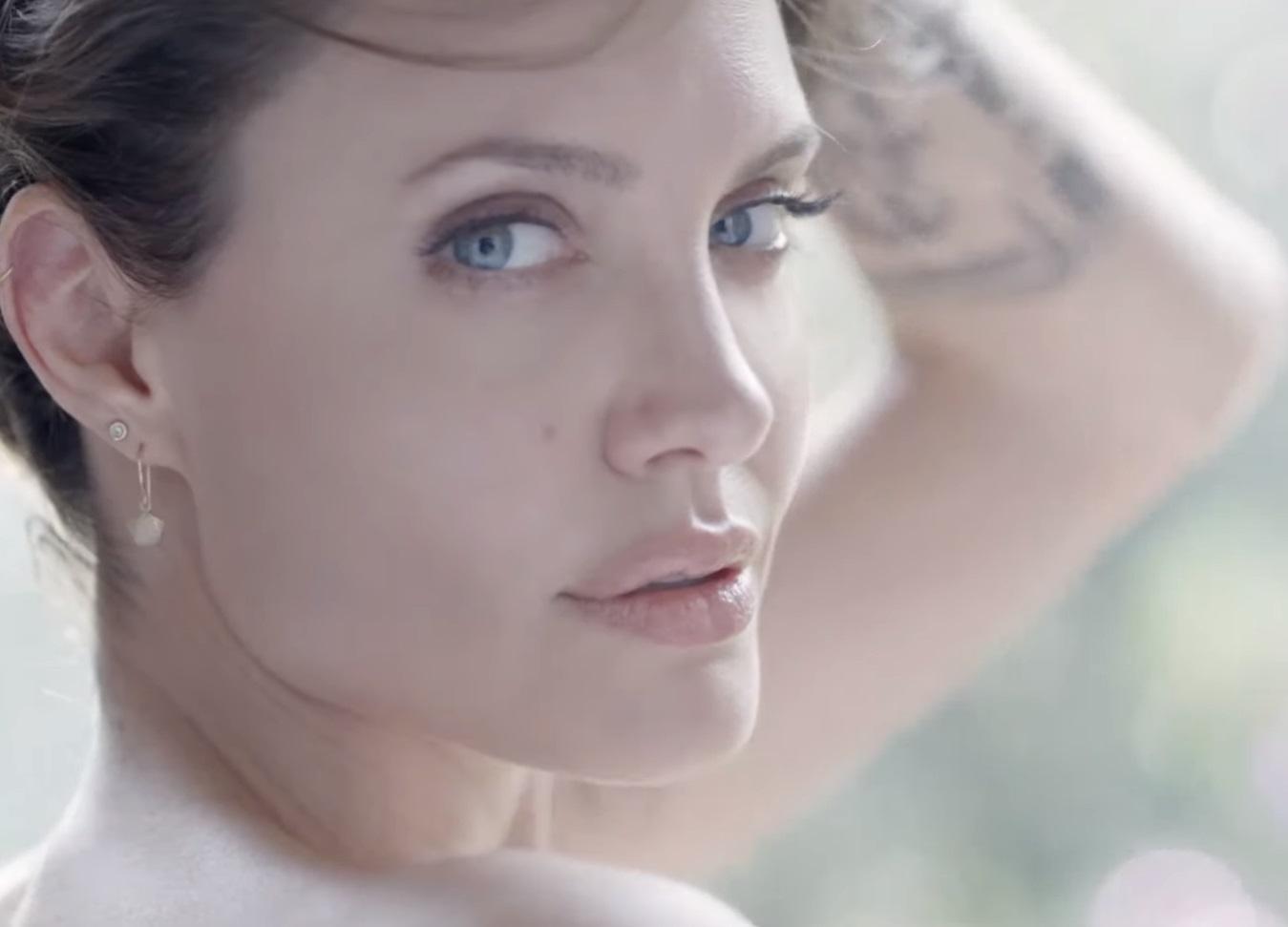 Анджелина Джоли разделась для рекламы известного бренда