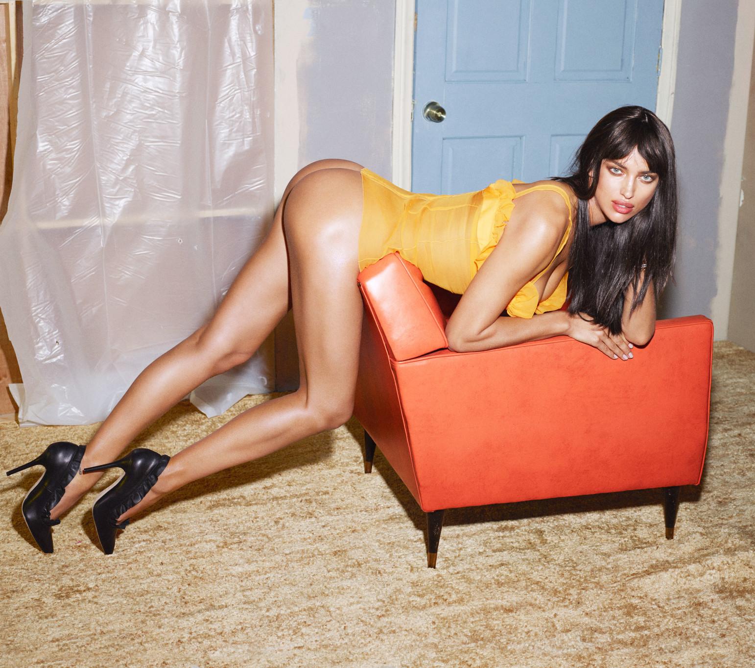 Модель Ирина Шейк похвасталась шикарными ножками