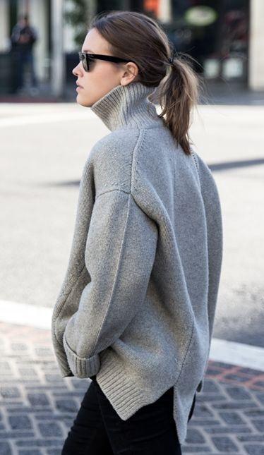 Серый свитер в сочетании с черными брюками