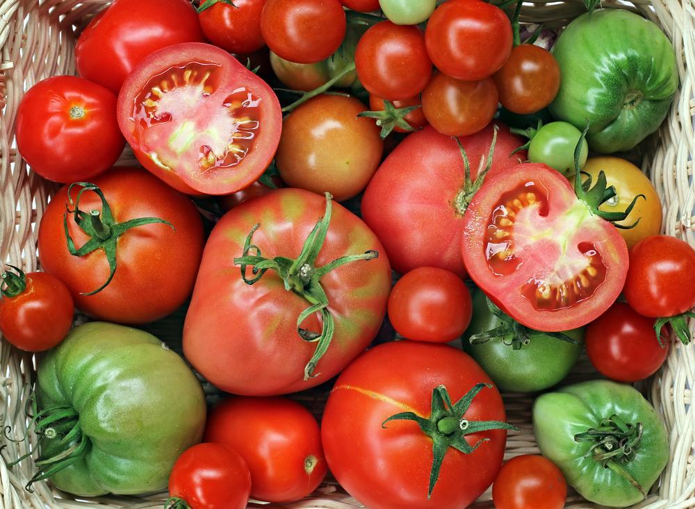 Маринованные зеленые помидоры с чесноком, перцем и зеленью ...