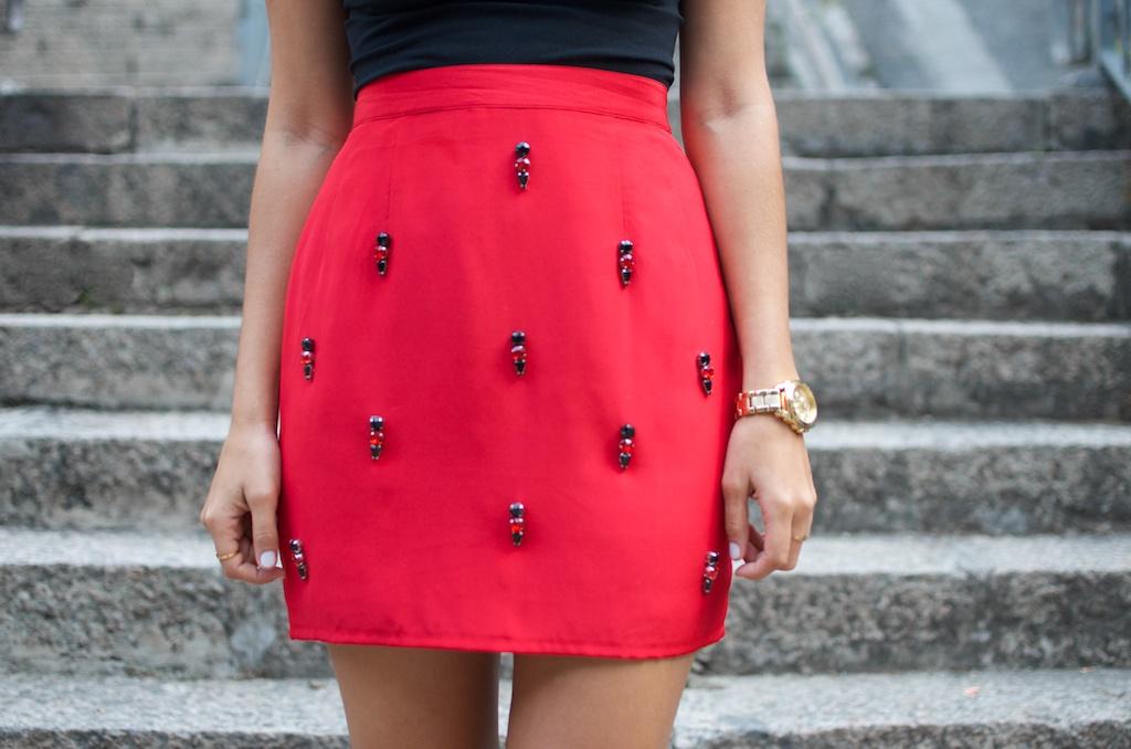 Она сшила себе очень модную юбку 26