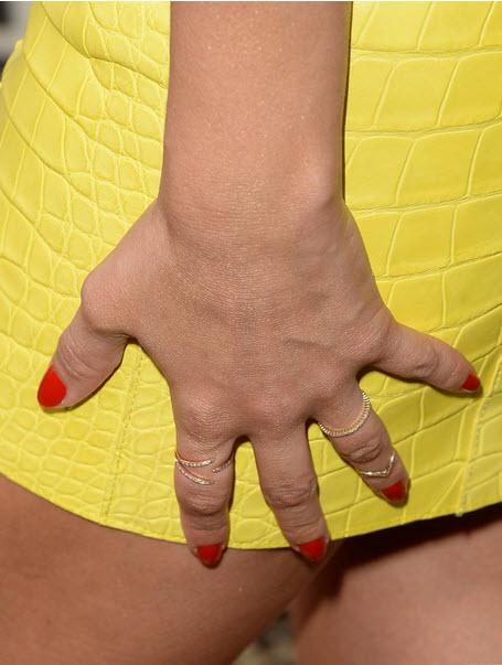 Актриса Джессика Альба все время придерживала рукой свое короткое платье