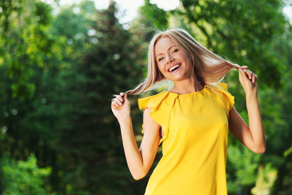фото девушек в жёлтых футболках в лесу