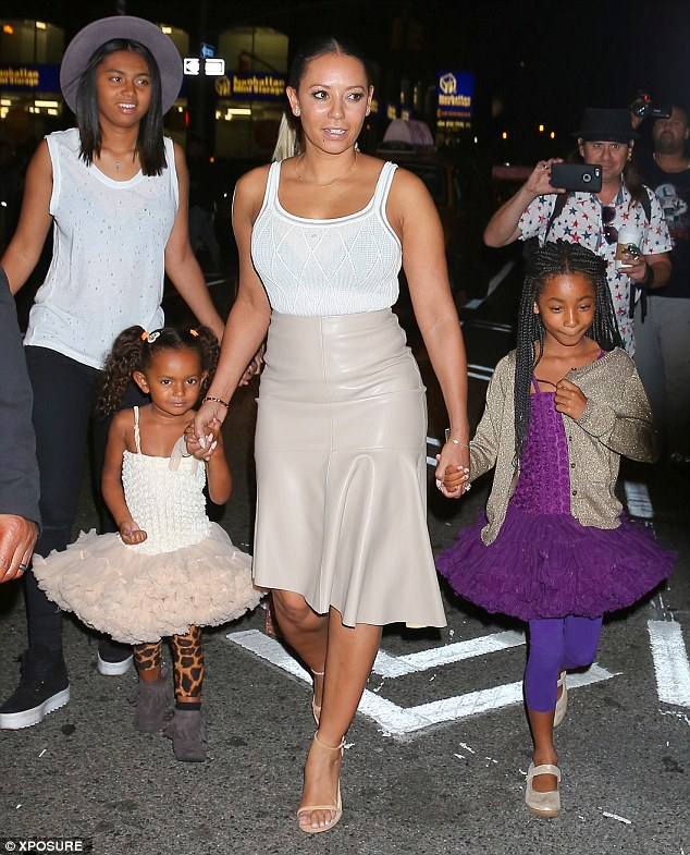 Экс-перчинка Мел Би устроила семейный ужин с дочками ...