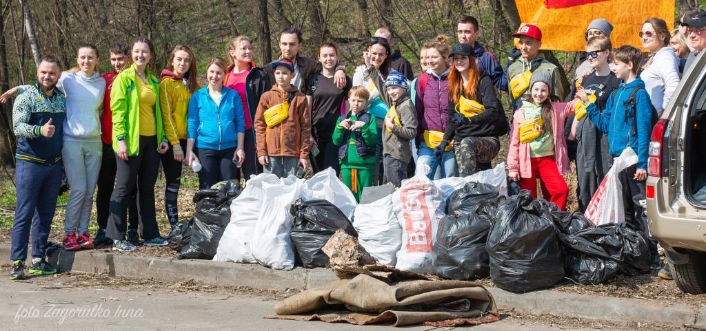 Киевляне устроили пробежку с мусорными пакетами - фото