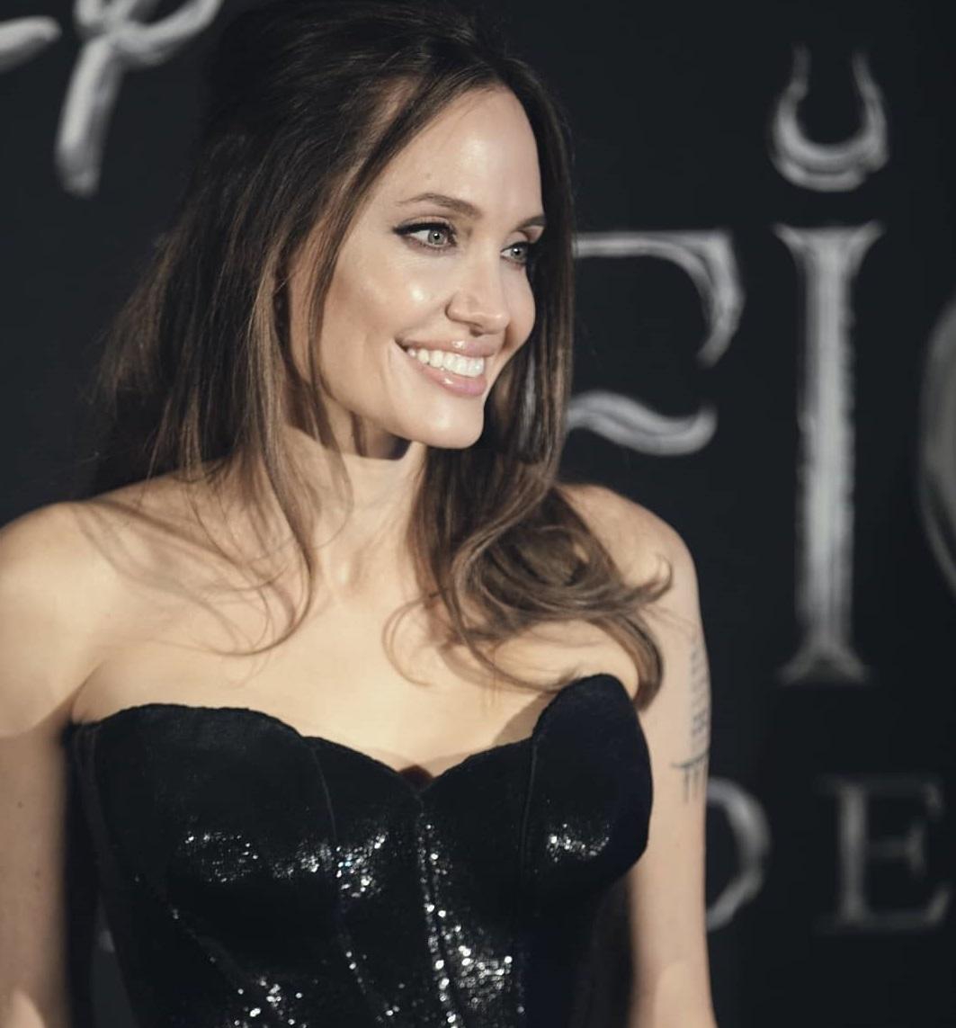 Анджелину Джоли подловили без макияжа во время необычной встречи