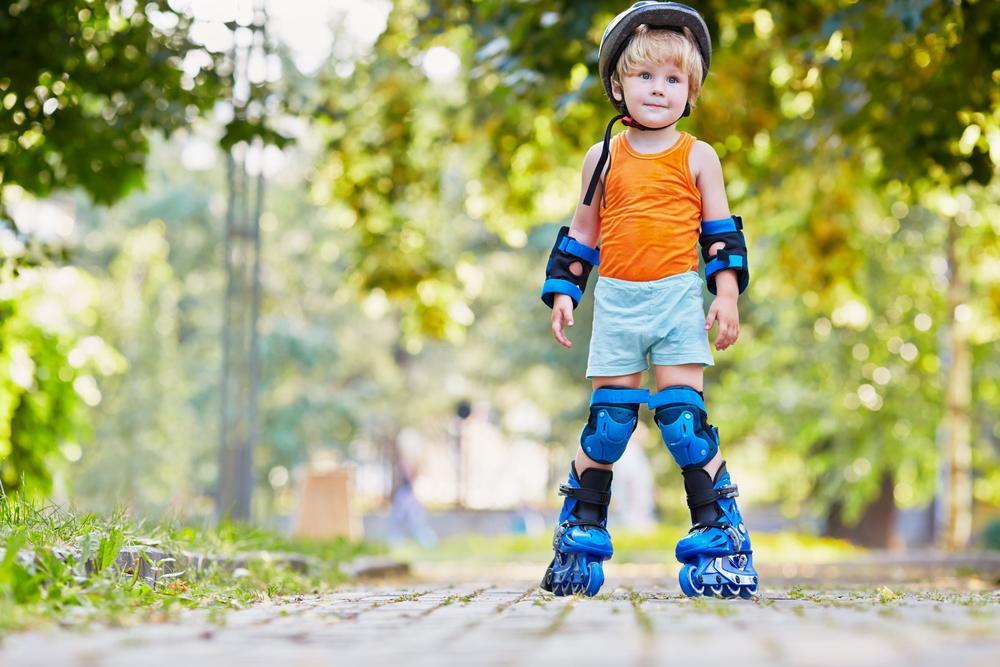 Если ваш ребенок еще не умеет кататься на роликах, то самое время научиться