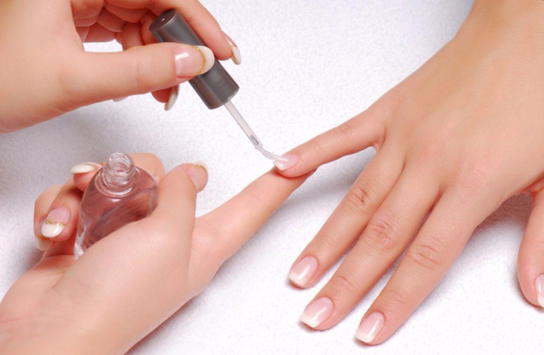 Если во время лечения ногтей, вы решились делать маникюр, то обязательно используйте укрепляющие базы