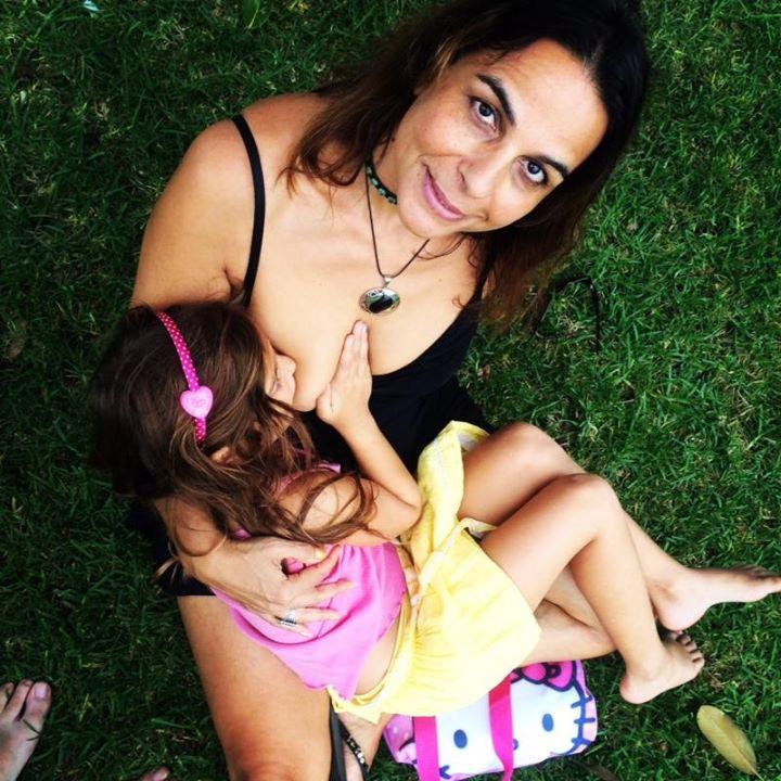 52-летняя австралийка кормит грудью дочь-школьницу