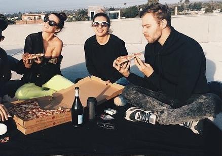 Анна Седокова (слева с пиццей) и Макс Барских устраивают пикники на крыше дома в США