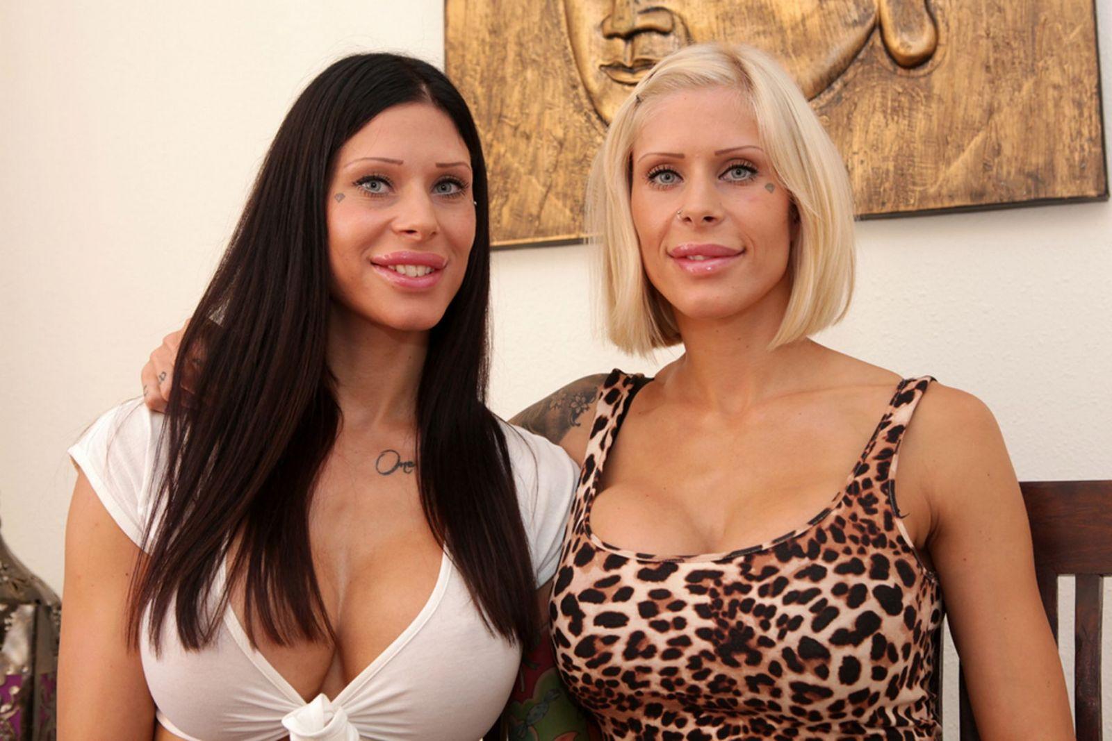 Сара и Эмма Копонен сделали пластику груди в 19 лет