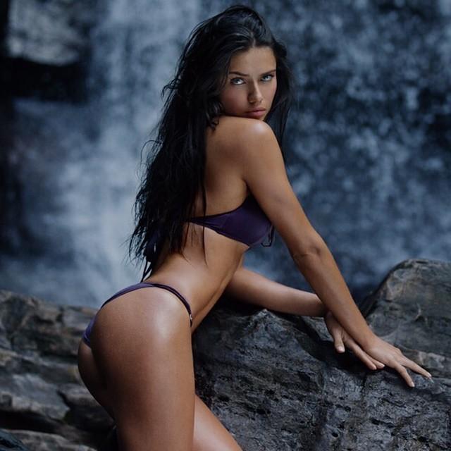 Сексуальная модель Адриана Лима в стильном фиолетовом купальнике