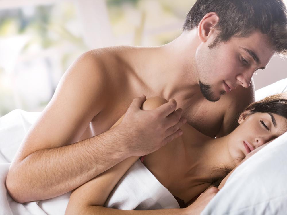 Обнаженный мужчина в вашей постели символизирует ваше желание найти достойного спутника жизни, обрести в его лице надежную опору и защиту.