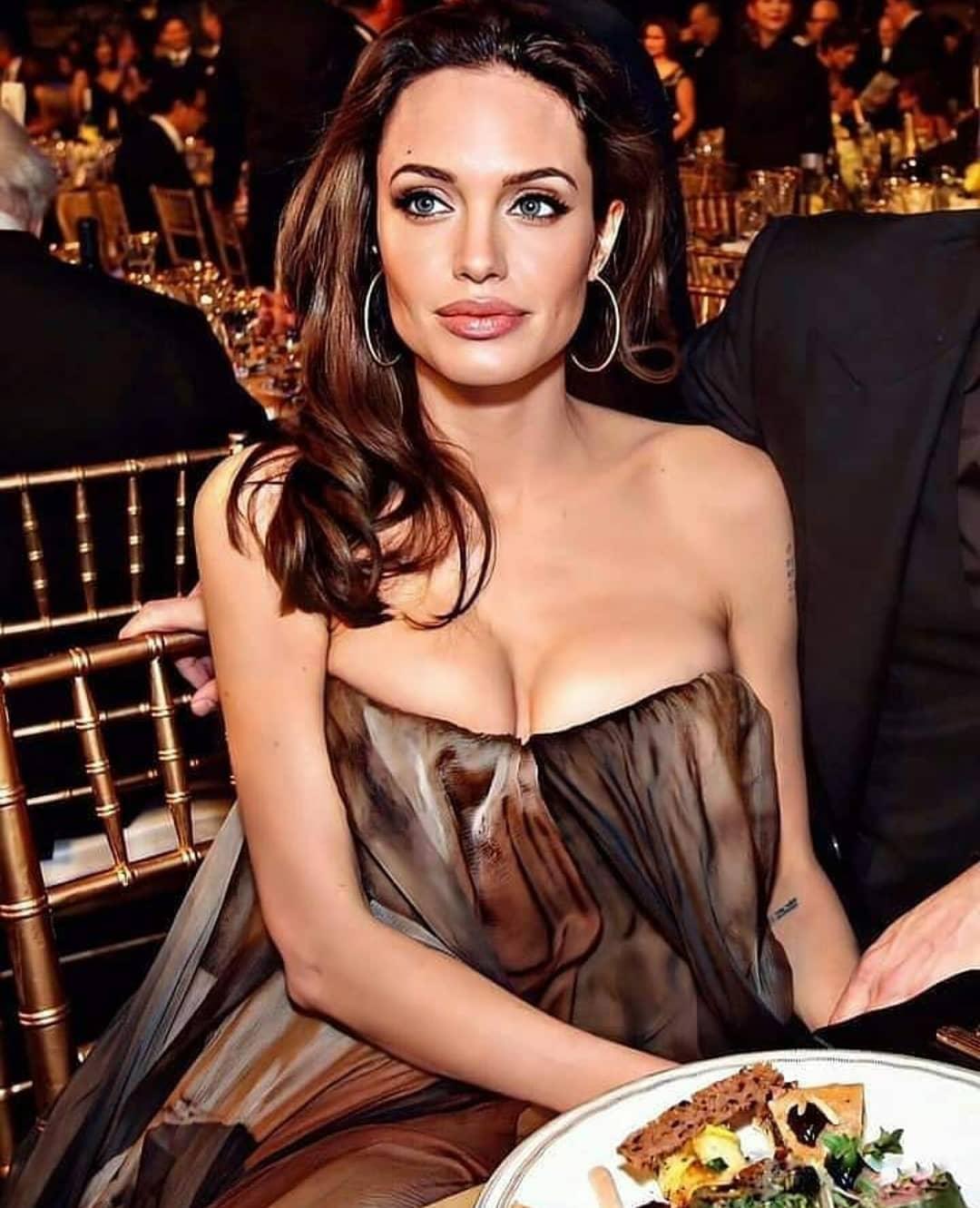 Анджелина Джоли приспустила платье и показала пышный бюст