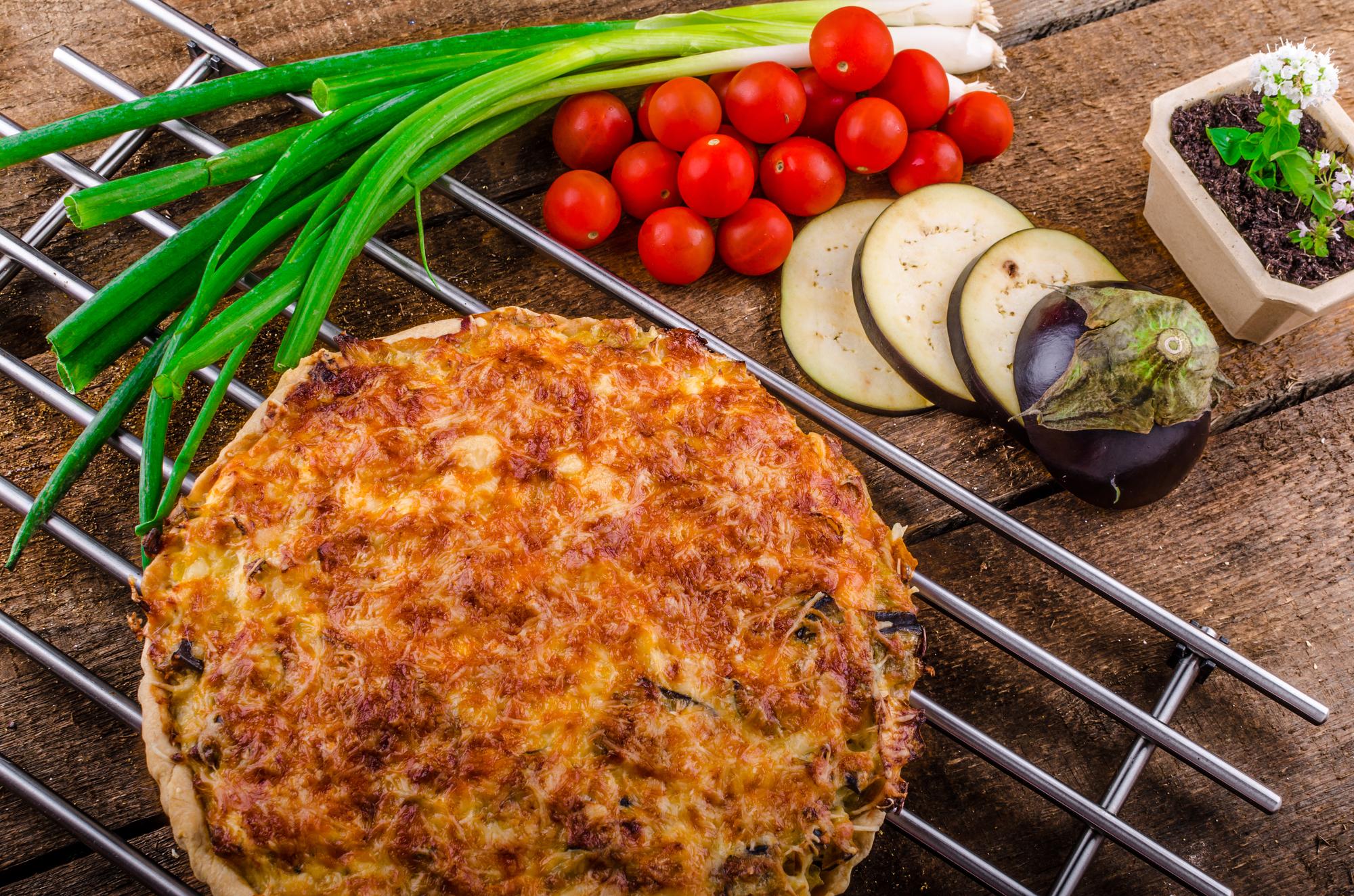 Готовим заливной пирог с зеленым луком и сыром