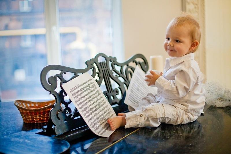 Днем, когда малыш активен выбирайте более ритмичную музыку, вечером перед сном слушайте более медленные мелодии