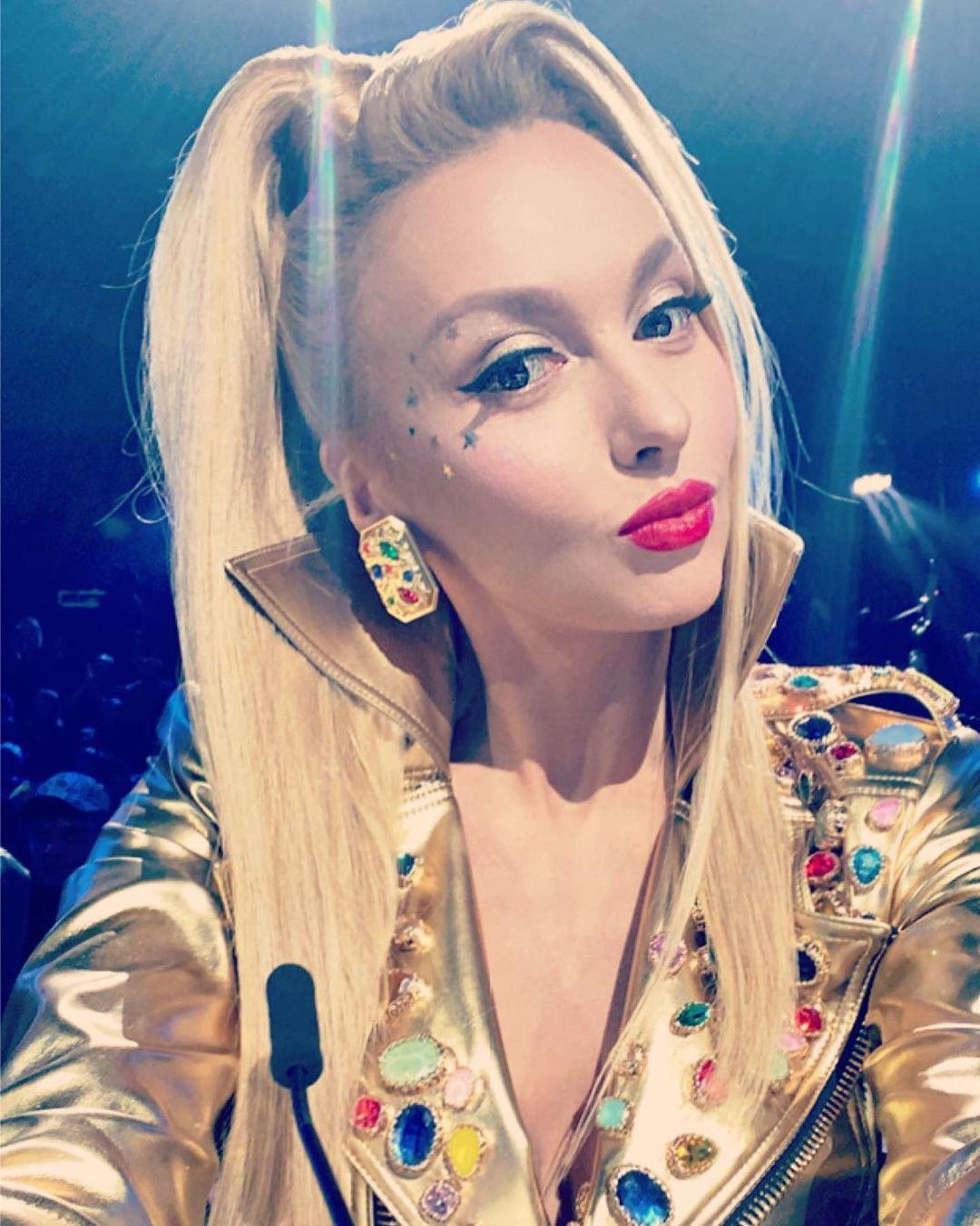 Полякова прогулялась по Майами в спортивном костюме без макияжа