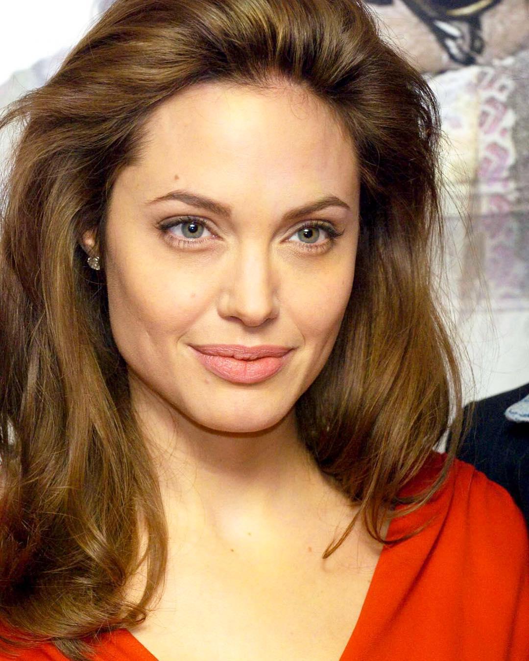 У Анджелины Джоли проявились признаки паралича лица - названы причины