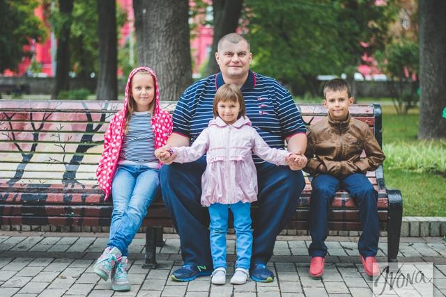 Юрий вместе с сыном Андреем и дочками Маргаритой и Марианной.