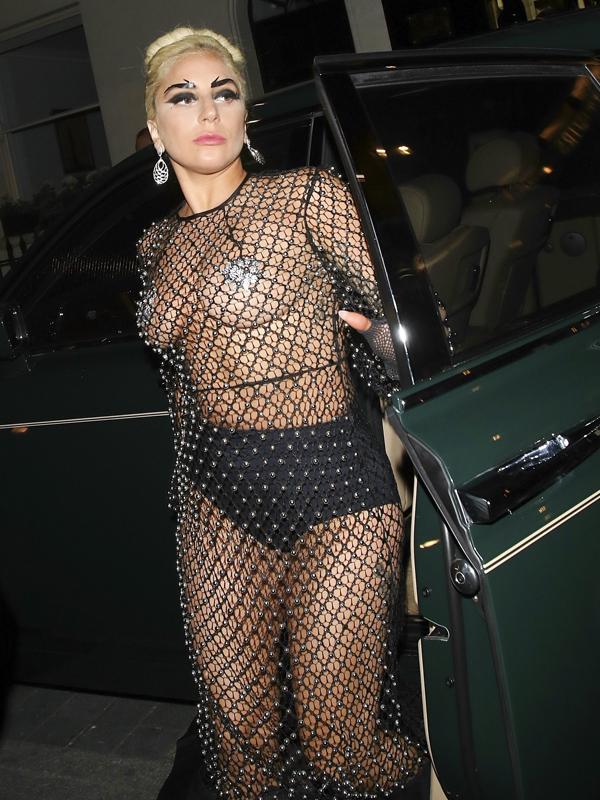 Певица Lady Gaga даже на шопинг выбирает экстравагантные наряды
