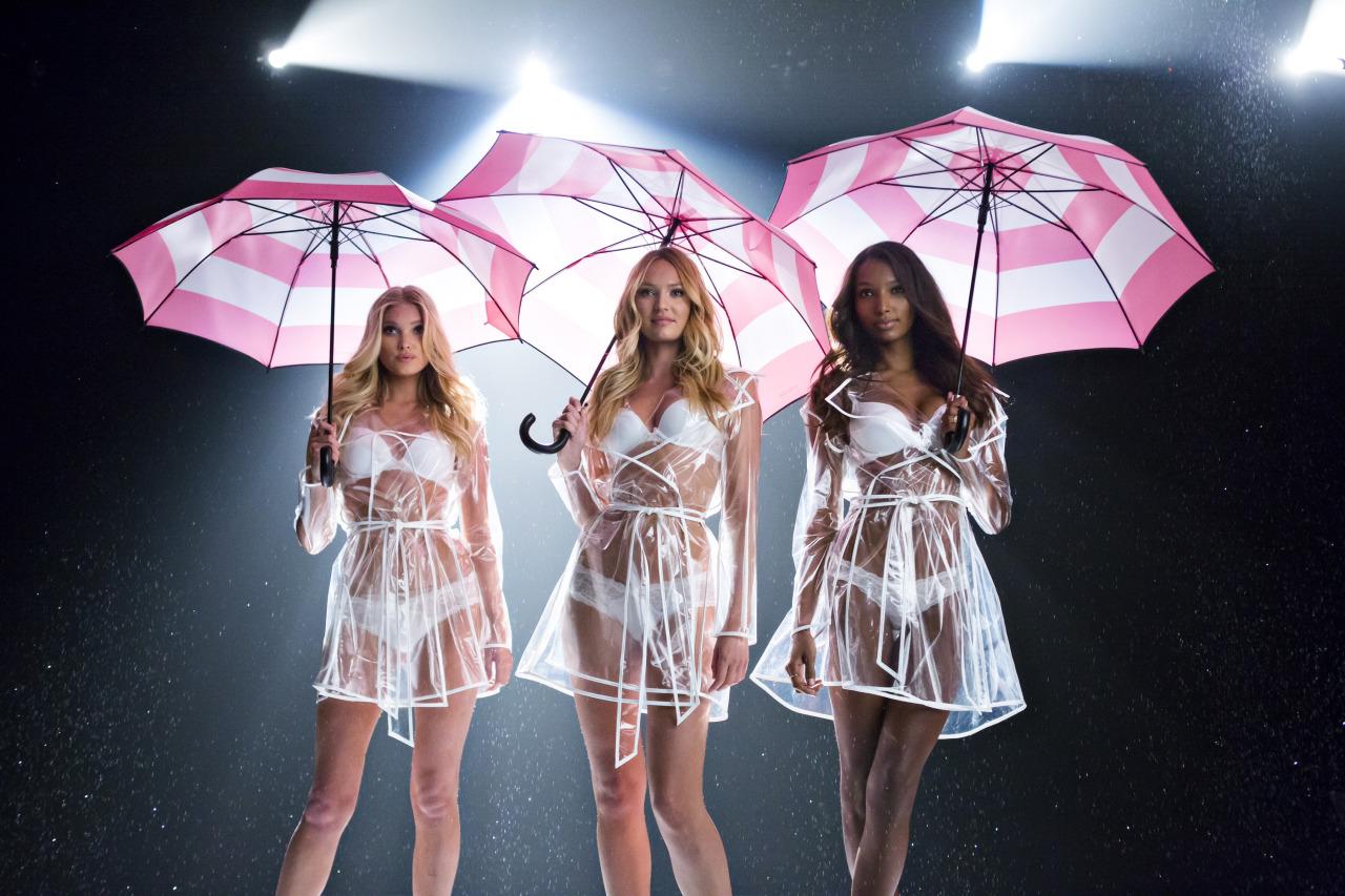 Модели Victoria's Secret станцевали под дождем