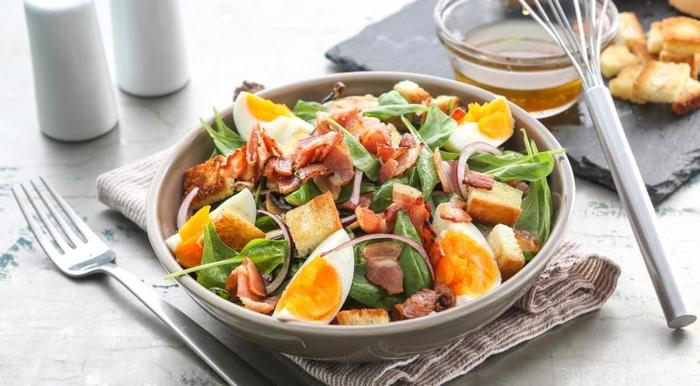 Салат со шпинатом, беконом и яйцами