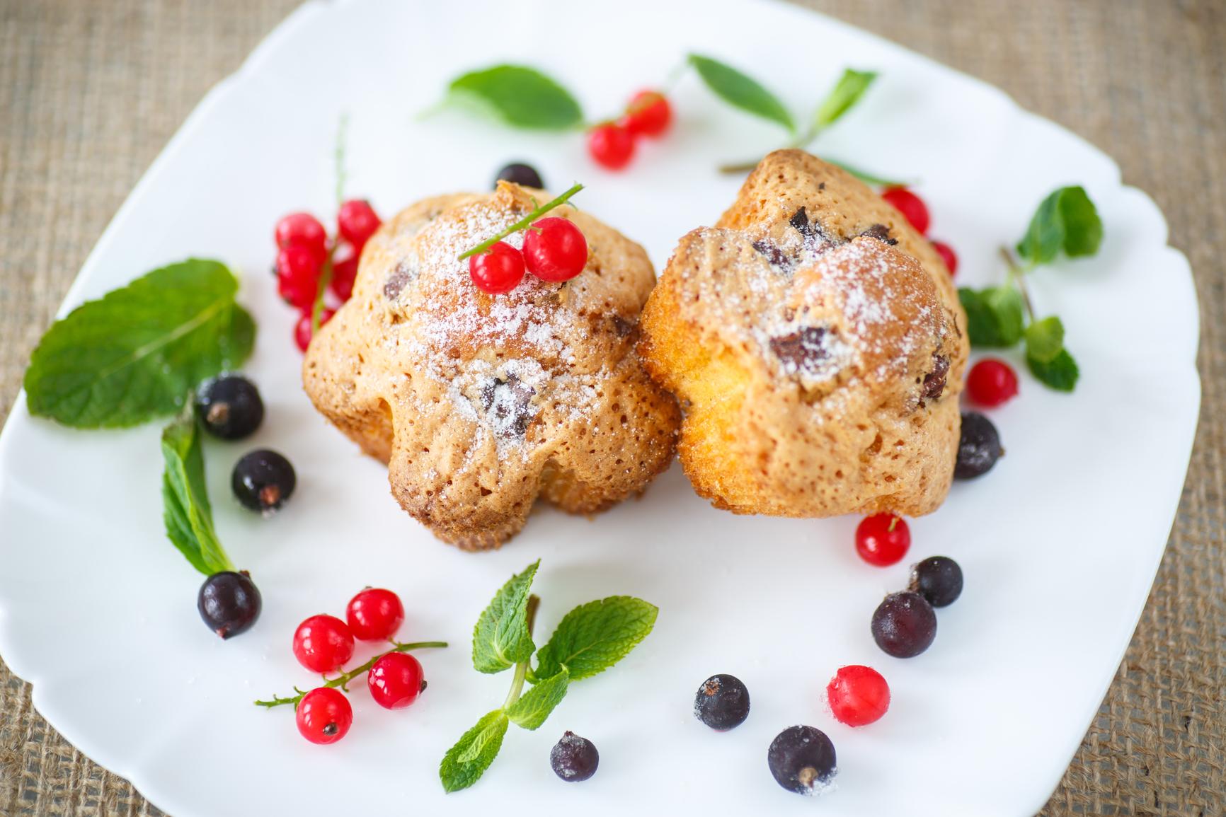 Кексы с черной смородиной: вкусный летний десерт