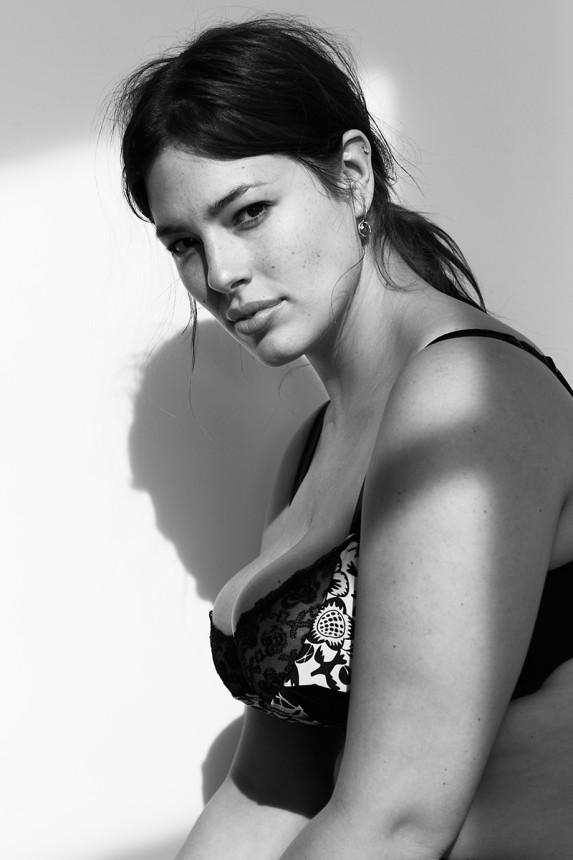 Модель Эшли Грэм так же имеет линию белья для женщин с формами