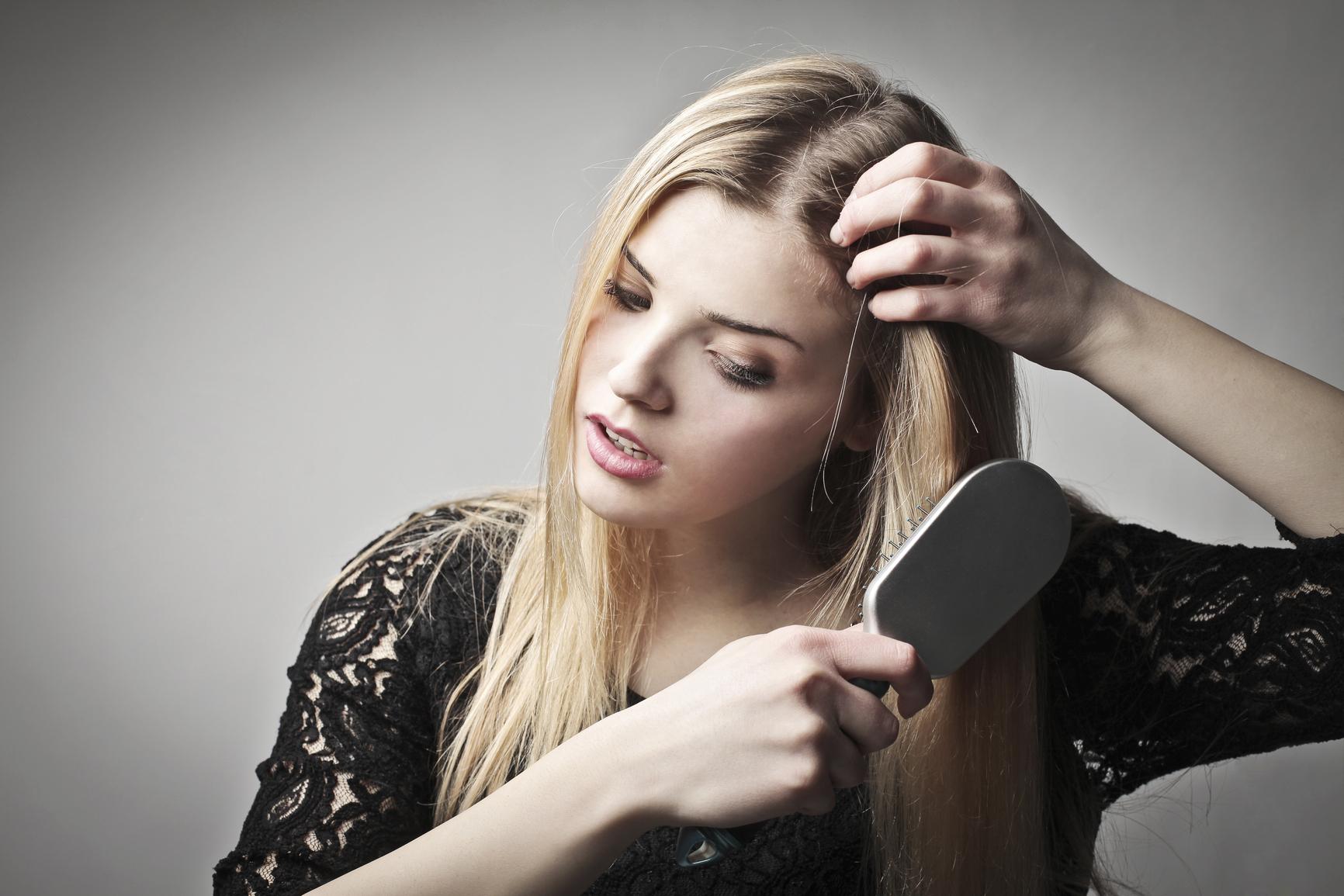 Выпадение волос может быть связано с плохим питанием и дефицитом витаминов в организме