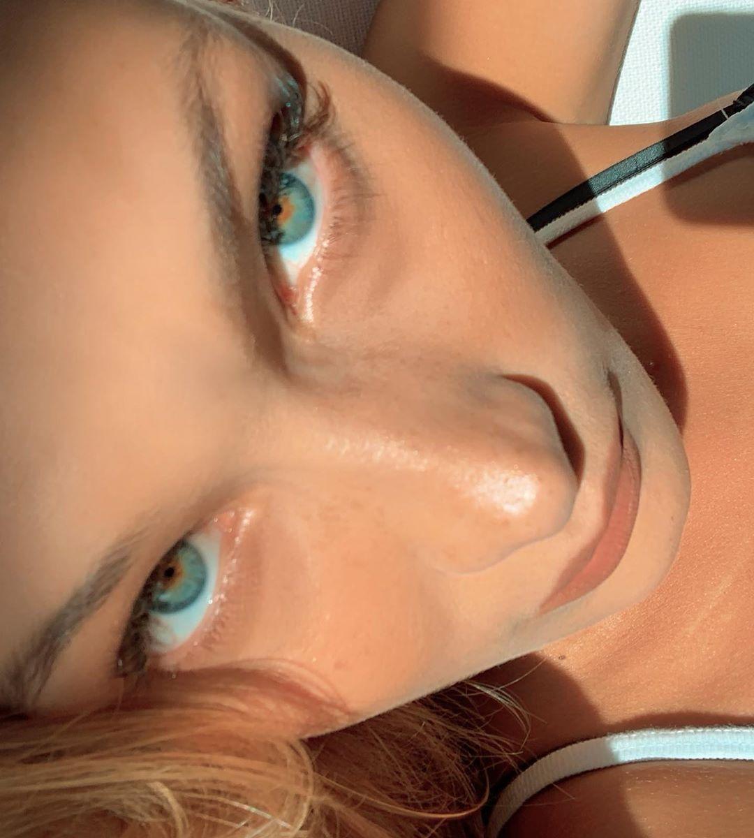 Супермодель Белла Хадид выставила пикантные фото с пляжа