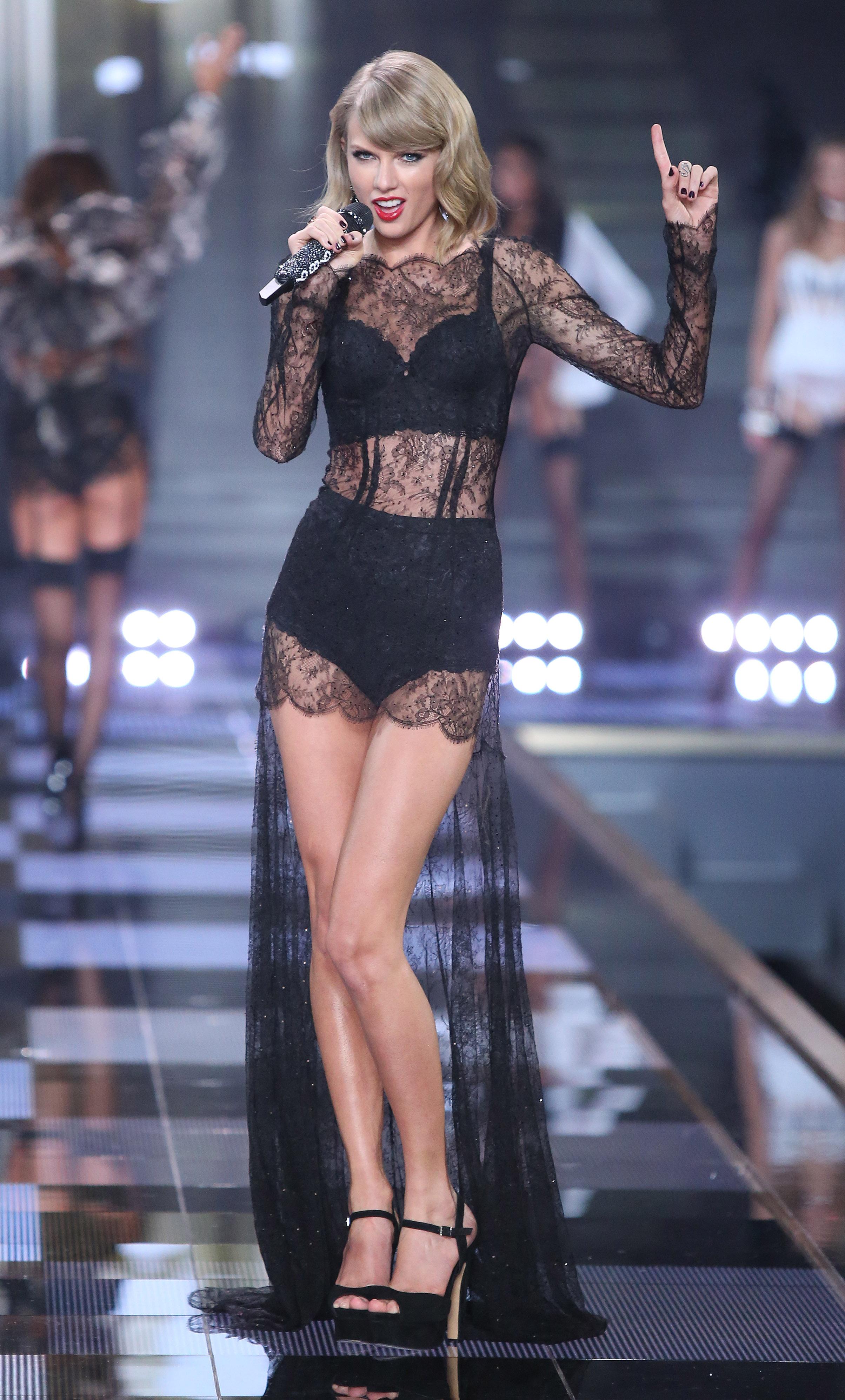 Певица Тейлор Свифт выступила в сексуальном платье